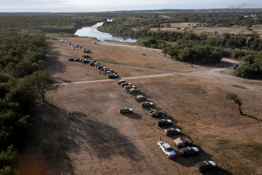 """Texas troopers create """"steel wall"""" of patrol vehicles in Del Rio as feds continue to repatriate Haitians"""